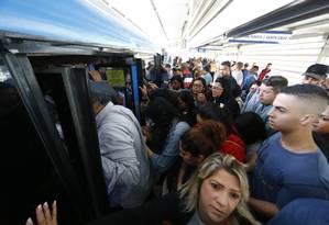 Com menos de 50% da frota, o movimento foi grande na estação Magarça do BRT Foto: Pablo Jacob