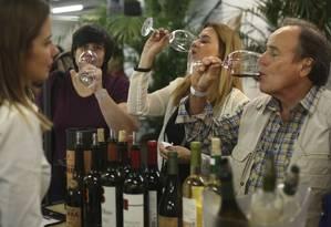 Visitantes fazem degustação num dos estandes: sessões de duas horas Foto: divulgação