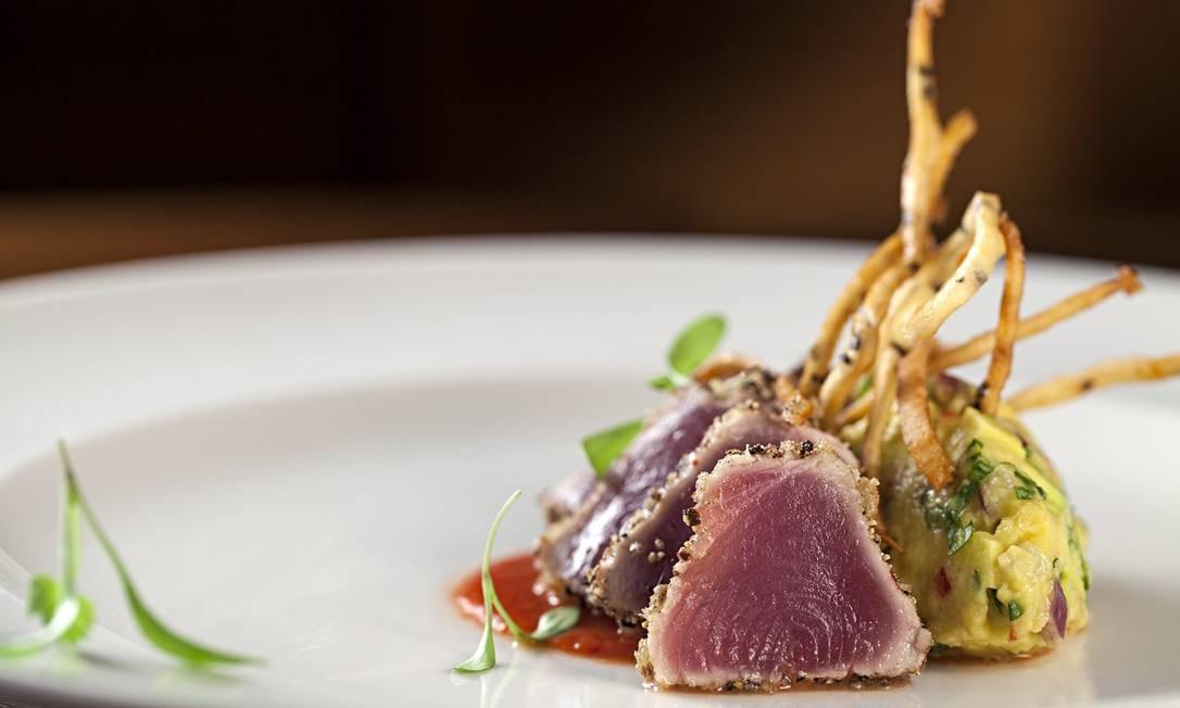 Quadrucci. Uma das entradas sugeridas pelo chef Ronaldo Canha é o atum selado em crosta de pimentas com guacamole e coulis doce de tomates (R$ 39). Rua Dias Ferreira 233, Leblon (2512-4551) Foto: Rodrigo Azevedo / Divulgação