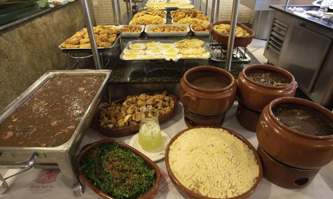 O bufê da Dalmu's tem massas, peixes, aves, quitutes e pratos como feijoada, além de churrasco Foto: Bárbara Lopes / Agência O Globo