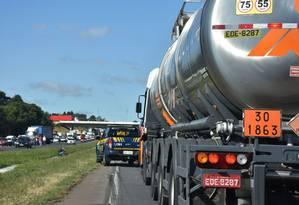 Equipes da Polícia Rodoviária Federal (PRF) escoltam uma carga de combustível para aviação desde a Refinaria da Petrobras em Araucária (PR) até o Aeroporto Internacional Afonso Pena, em São José dos Pinhais (PR). Foto: PRF / Divulgação