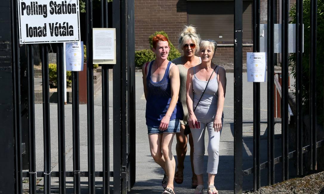 Mulheres deixam a Escola St. Annes, no sul de Dublin, após votar no referendo sobre a lei do aborto Foto: PAUL FAITH / AFP