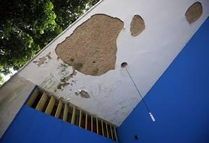 Já na fachada do Teatro Armando Gonzaga, em Marechal Hermes, as marcas do abandono Foto: Marcos de Paula / Agência O Globo