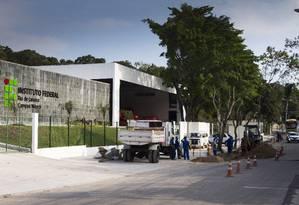 Finalizando. Operários trabalham na obra de construção do instituto, iniciada em 2011 no Sapê, em Pedontiba Foto: Roberto Moreyra / Agência O Globo
