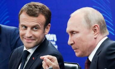 Presidente russo, Vladimir Putin (direita), ao lado de seu homólogo francês, Emmanuelk Macron, em São Petersburgo Foto: DMITRY LOVETSKY / AFP
