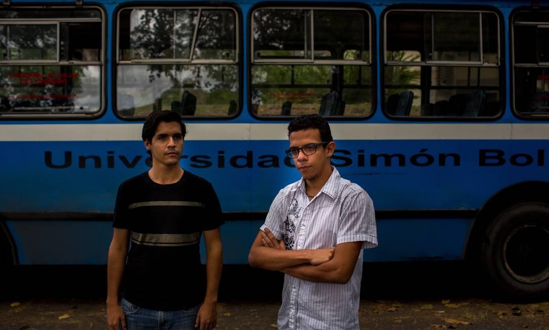 Carlos Higuerey e Edward Camacho, alunos de Composição Musical e Engenharia da Universidade Simón Bolívar, que pretendem deixar o país quando se formarem Foto: Manaure Quintero / Manu Quintero/Agência O Globo