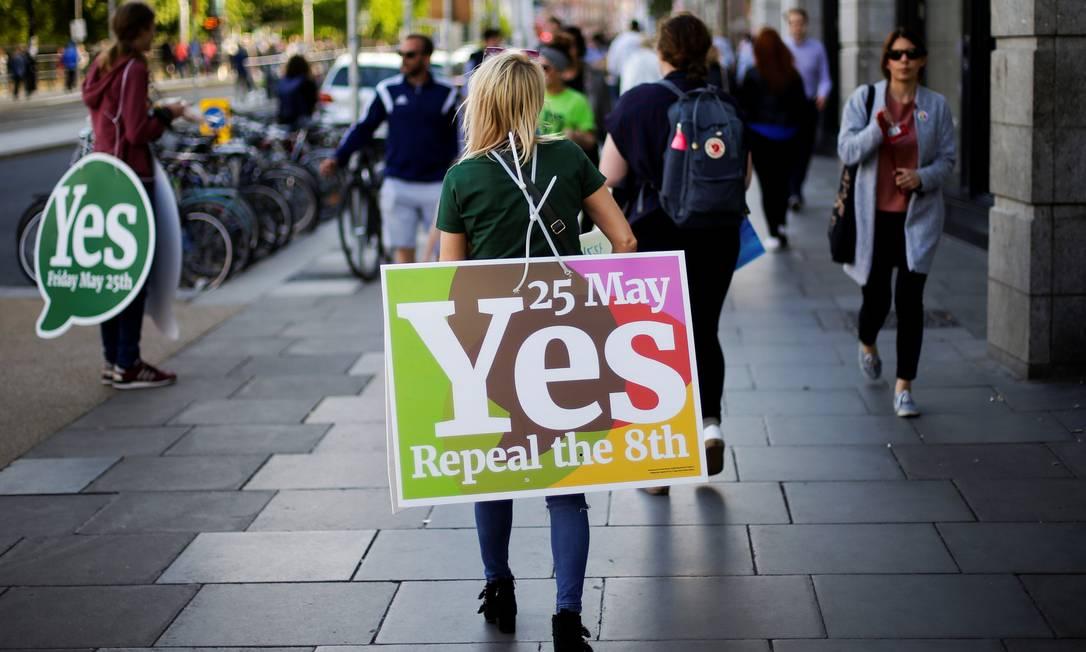 Eleitora carrega placa em apoio ao 'sim' na Irlanda Foto: MAX ROSSI / REUTERS