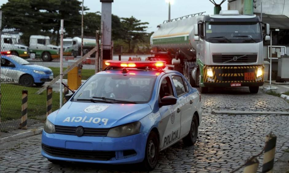 Saída de caminhões de combustivel da REDUC, em Caxias, com escolta da Polícia Militar Foto: Marcelo Theobald / Agência O Globo