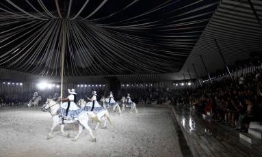 Dior coloca cavalos na passarela do seu desfile, que aconteceu em uma tenda no castelo de Chantilly Foto: BERTRAND GUAY / AFP
