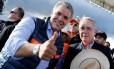 O ex-presidente colombiano Álvaro Uribe (D) com o candidato Iván Duque, que ele apoia nas eleições deste domingo no país Foto: NACHO DOCE / Nacho Doce/Reuters