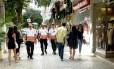Agentes do programa Niterói Presente patrulha a Rua Moreira Cesar, em Icaraí, onde o patrulhamento foi reforçado desde de dezembro. Foto: Bruno Eduardo Alves / Agência O Globo
