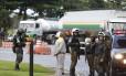 Saída de caminhões de combustivel da REDUC com escolta do exército Foto: Marcelo Theobald / Agência O Globo