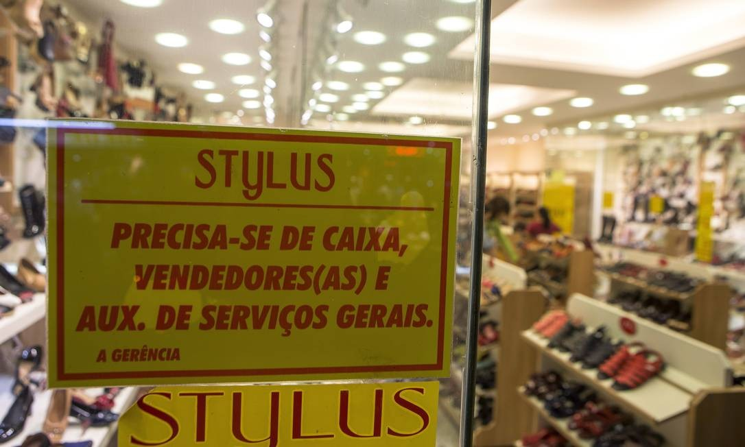 Em loja de calçados no Centro, cartaz anuncia vagas desde o início de abril: dificuldade, segundo a gerência, é falta de mão de obra com experiência no ramo Foto: ROBERTO MOREYRA / Agência O Globo