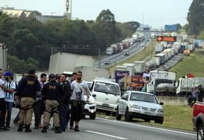 Quinto dia da greve dos caminhoneiros na Rodovia Regis Bittencourt Foto: Edilson Dantas / Agência O Globo