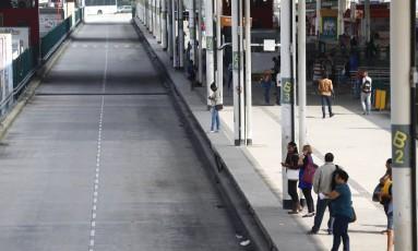 O terminal Alvorada do BRT, na Barra, sem movimento: sistema funcionou com 40 estações fechadas, e, à tarde, só 102 dos 390 ônibus circularam. Na madrugada de hoje, serviço foi suspenso pela primeira vez Foto: Pablo Jacob / Agência O Globo