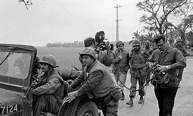 Equipe da rede CBS acompanha batalhão americano na Guerra do Vietnã Foto: AFP PHOTO/NATIONAL ARCHIVES