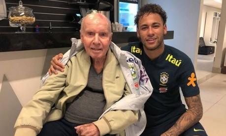 Neymar posa ao lado de Zagallo na Granja Comary Foto: Reproduçao de Internet