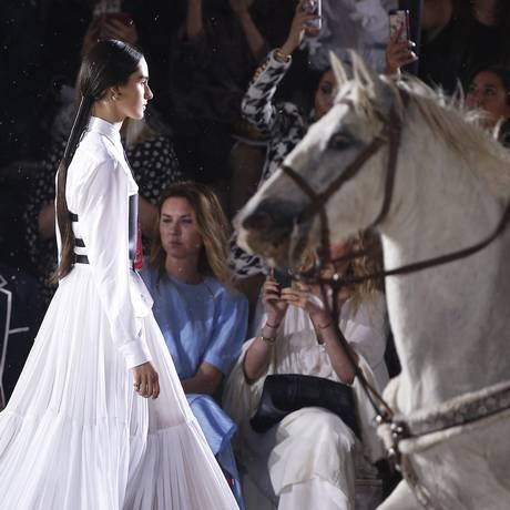 Dior coloca cavalos na passarela do seu desfile, armando em uma tenda no castelo de Chantilly Foto: Thibault Camus / AP