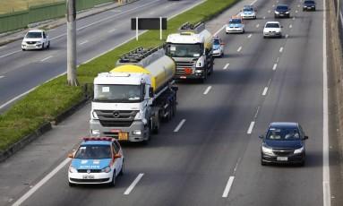 Caminhões com combustível circulavam róximo a Reduc com escolta da polícia Foto: Pablo Jacob / Agência O Globo