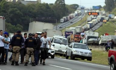 Caminhoneiros na rodovia Regis Bittencourt, em São Paulo Foto: Edilson Dantas / Agência O Globo