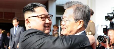 O líder da Coreia do Norte, Kim Jong Un (à esquerda), e o presidente da Coreia do Sul, Moon Jae-in, se encontraram neste sábado, dia 26, em uma reunião não anunciada Foto: HANDOUT / AFP