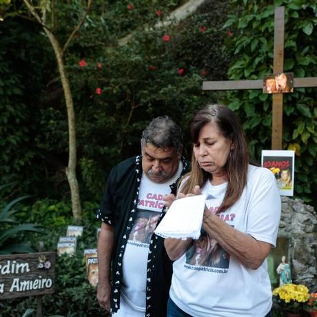 Antonio Celso e Tania Amieiro, pais de Patrícia, durante a missa Foto: Brenno Carvalho / Agência O Globo