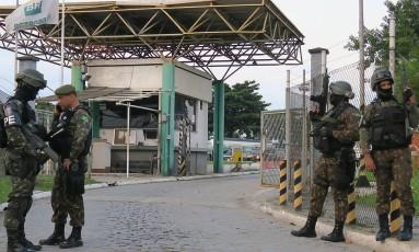 Homens da Polícia do Exército garantem saída de caminhão-tanque de refinaria da Petrobras, na Baixada Fluminense. Foto: Vladimir Platonow/Agência Brasil