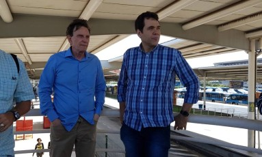 Crivella esteve na Estação Alvorada do BRT, na Zona Oeste, acompanhado pelo secretário municipal da Casa Civil, Paulo Messina Foto: Brenno Carvalho / Agência O Globo