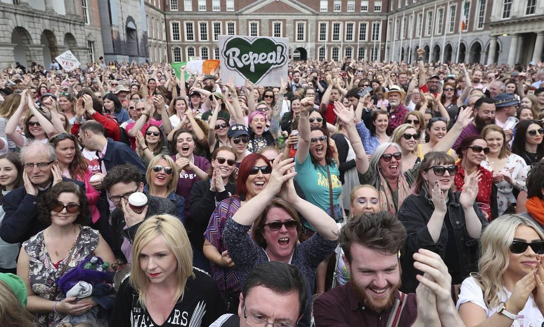 Populaçao celebra resultado do referendo no Castelo de Dublin, na capital da Irlanda Foto: Niall Carson / AP