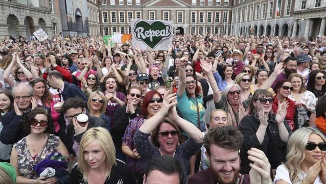 População celebra resultado do referendo no Castelo de Dublin, na capital da Irlanda Foto: Niall Carson / AP