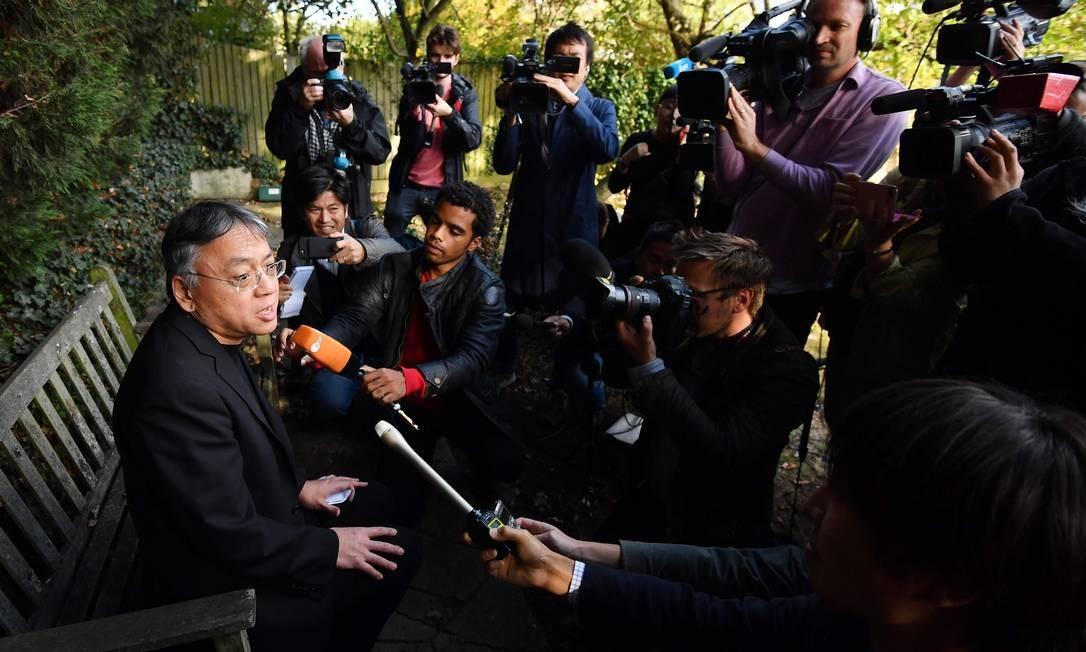 Kazuo Ishiguro, após o anúncio do Nobel de Literatura de 2018. Autor britânico foi o último premiado após escândalo da Academia Foto: BEN STANSALL / AFP