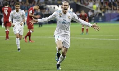 Gareth Bale comemora seu golaço de bicicleta, o segundo do Real Madrid na decisão Foto: Sergei Grits / AP