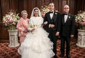 O casal esquisitão Amy (Mayim Bialik) e Sheldon (Jim Parsons), ladeado por Kathy Bates e Teller Foto: CBS/Michael Yarish