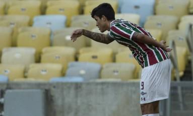 Pedro reverencia a torcida tricolor após marcar o primeiro gol sobre a Chapecoense no Maracanã Foto: Guito Moreto / Guito Moreto