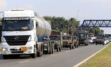 Exército escolta caminhoes de combustível Foto: Edilson Dantas / Agência O Globo
