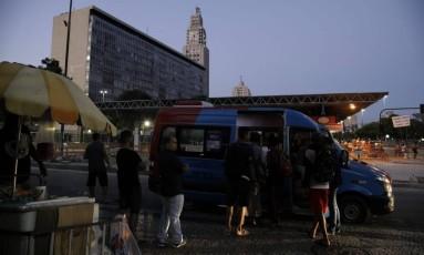 Movimento de vans na Central Do Brasil Foto: Léo Martins / Agência O Globo