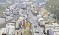 Caminhões parados na Rodovia Régis Bittencourt, em São Paulo: 66% das mercadorias circulam por estradas Foto: Edilson Dantas - Agência O Globo