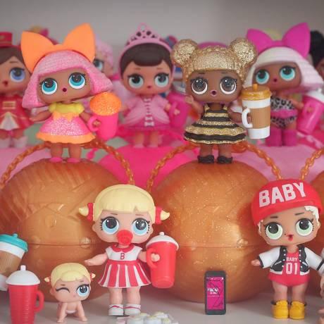 Algumas das 240 bonecas compradas por Milena, mãe de Ágata: fator supresa atrai, como as figurinhas da Copa Foto: Marcos Alves / Marcos Alves