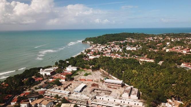 Centro da disputa. Um condomínio de luxo é construído no terreno na Praia da Pipa cuja posse foi reivindicada por Fernandinho Beira-Mar: ex-advogada teria sido laranja Foto: Divulgação