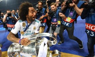 Marcelo segura o troféu da Liga dos Campeões, conquistada pelo Real Madrid Foto: FRANCK FIFE / AFP