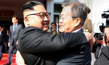 Os líderes das duas Coreias, Moon Jae-in e Kim Jong-un, realizaram uma reunião surpresa no sábado Foto: HANDOUT / REUTERS