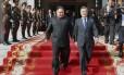 No sábado, o líder norte-coreano, Kim Jong-un, teve encontro surpresa com seu colega do sul, Moon Jae-in Foto: AP