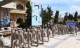 Soldados russos marcham em frente a pôster do presidente sírio, Bashar al-Asad. Moscou apoia militarmente o regime desde 2015 Foto: GEORGE OURFALIAN / AFP