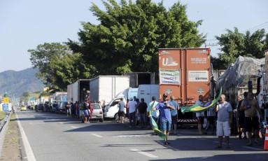 Caminhoneiro bloqueiam trechos da Via Dutra, em Seropédica, no Rio Foto: Domingos Peixoto / Agência O Globo