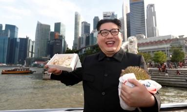 O australiano Howard X atua como sósia do líder norte-coreano, Kim Jong-un Foto: EDGAR SU / REUTERS