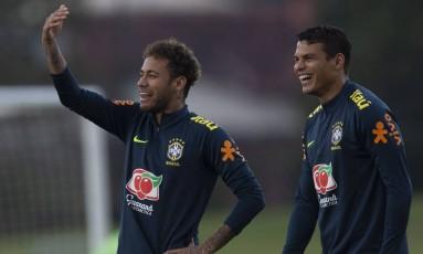 Neymar e Thiago Silva juntos em treino da seleção brasileira Foto: Alexandre Cassiano / Agência O Globo