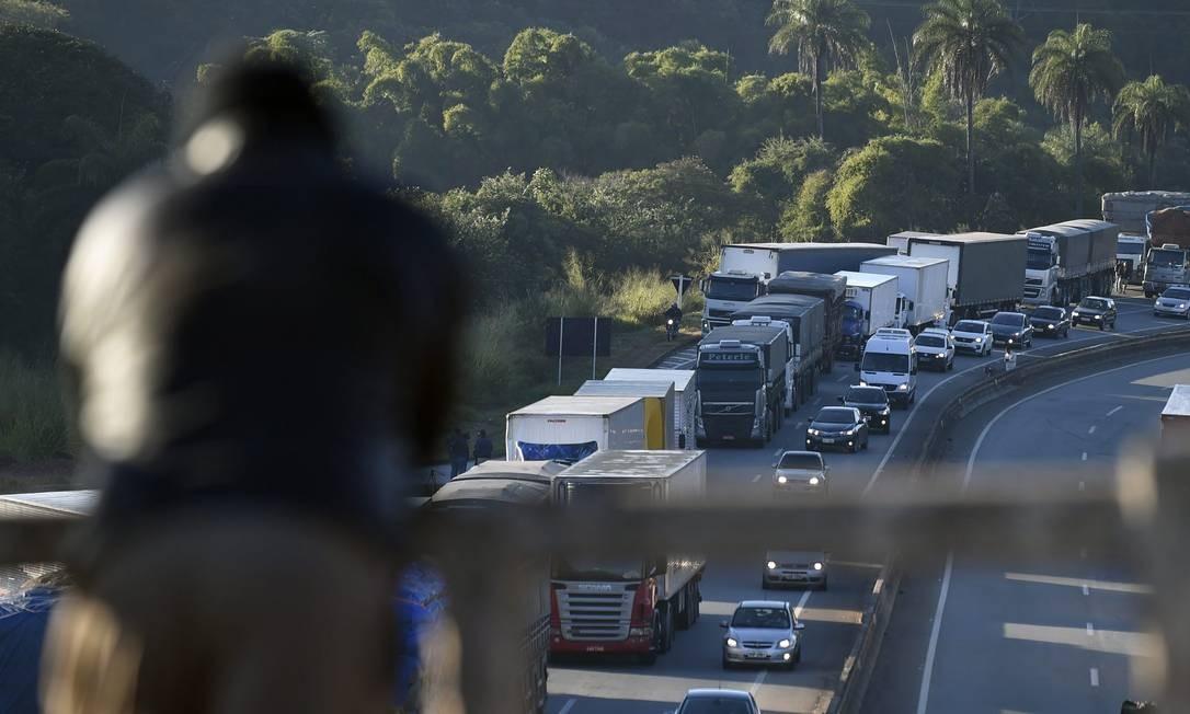 No primeiro dia de greve, a última segunda-feira, já havia estradas bloqueadas pelos caminhoneiros. Foi o caso da BR262 em Juatuba, Minas Gerais. Foto: Douglas Magno / O Tempo / Agência O Globo