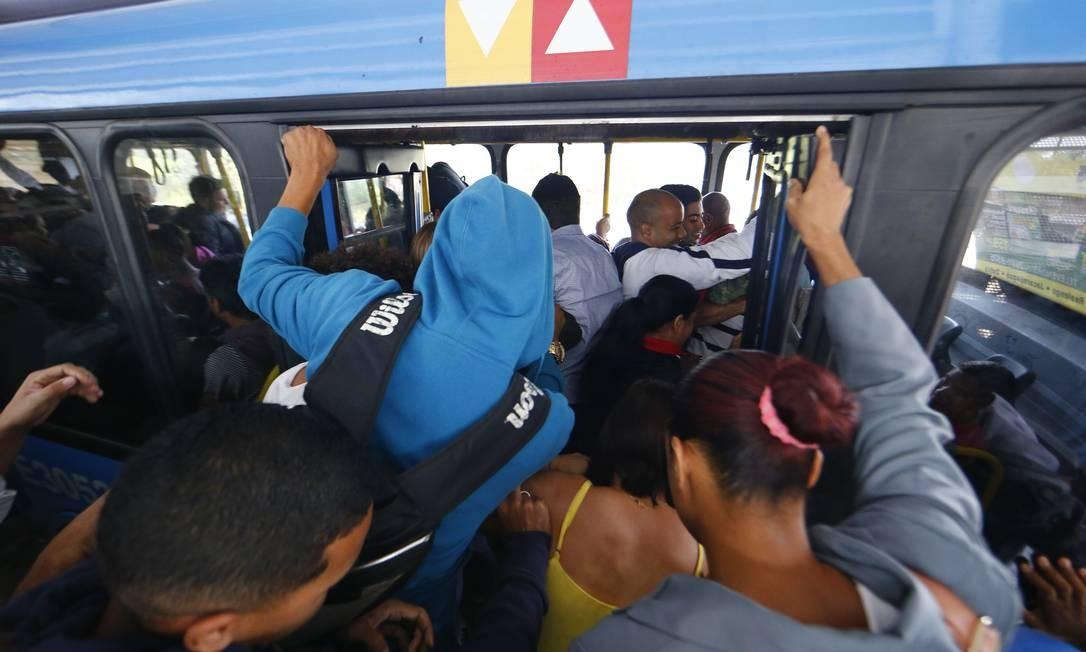 O transporte público foi muito afetado em diversas capitais brasileiras, como no Rio de Janeiro, onde a frota de ônibus circula bastante reduzida. Alguns serviços foram suspensos, como o do BRT Foto: Pablo Jacob / Agência O Globo