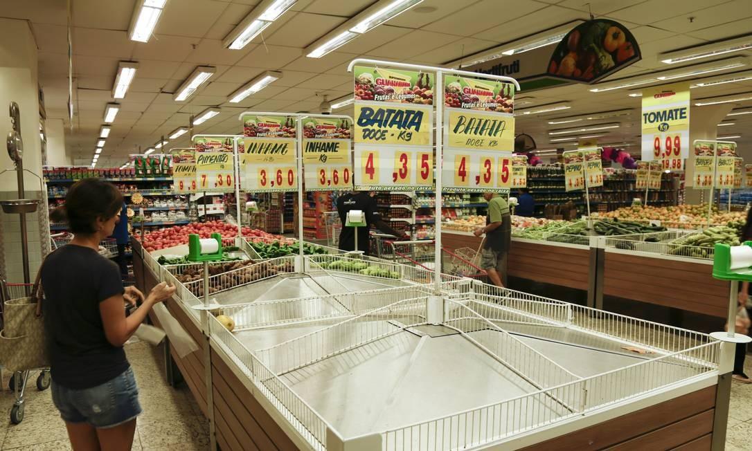 Supermercados e restaurantes de todo o Brasil tiveram sua remessa de alimentos afetada pela greve. No quarto dia de greve já era possível ver a escassez de produtos nas prateleiras Foto: Gabriel de Paiva / Agência O Globo