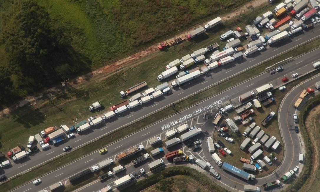 No quinto dia de greve, caminhoneiros ainda impediam a passagem de veículos por rodovias como a Presidente Dutra, na altura de Seropédica Foto: Genilson Araújo / Agência O Globo
